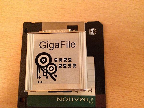 GigaFile Größenvergleich mit 3,5'' Diskette