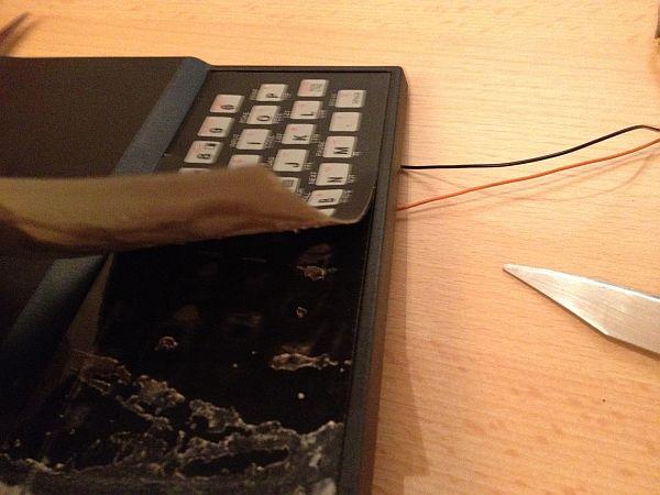 Alte Tastaturfolie mit dem Messer entfernen - brutal aber wirksame ;-)