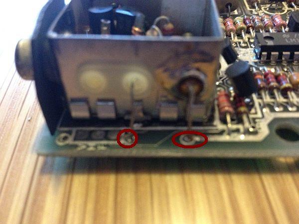 Drähte entfernen - links der Video Anschluss - rechts die +5V für den Modulator