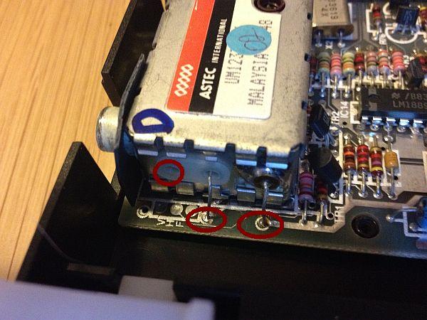 """Alle wichtigen Details - Deckel einfach abheben - durch das linke Loch wird die neue Leitung """"gelegt"""" - Video-Anschluss und +5V Leitung"""