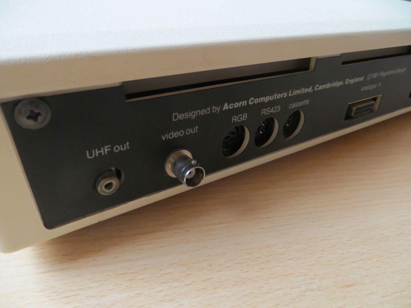 corn BBC Micro Model B - Rückseite Anschlüsse - UHF out - Video out - RGB - RS423 - Cassette