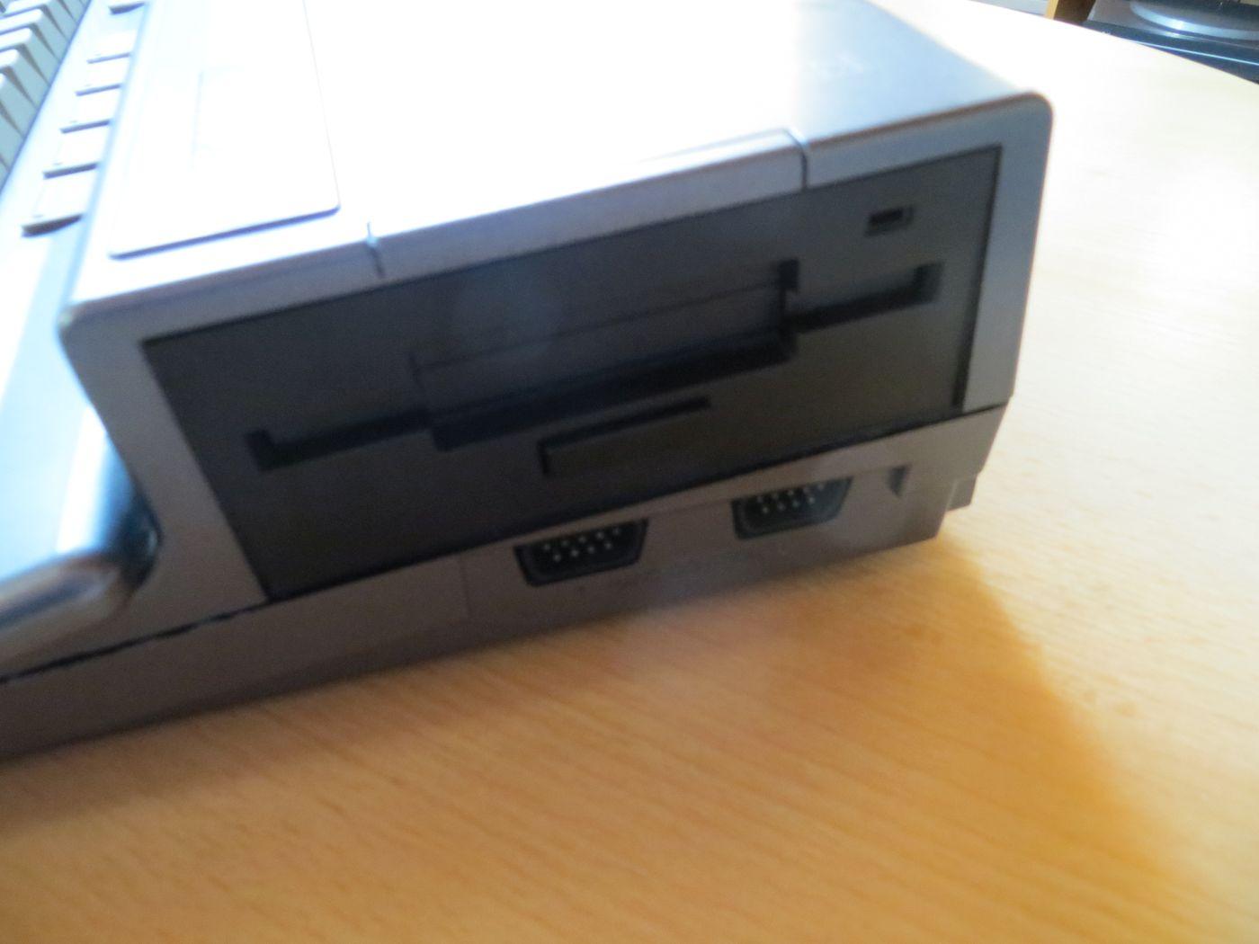 Philips VG-8235 - Diskettenlaufwerk und Joystickbuchsen