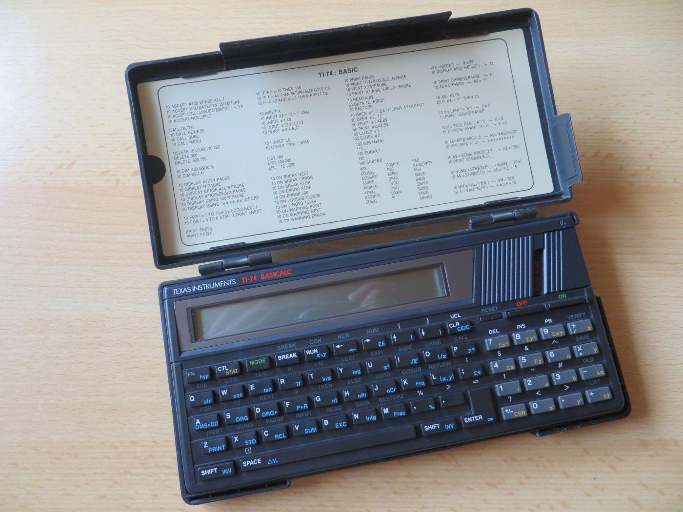 TI-74 Basicalc mit Hülle aufgeklappt